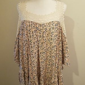 Adorable boho floral top w crochet details